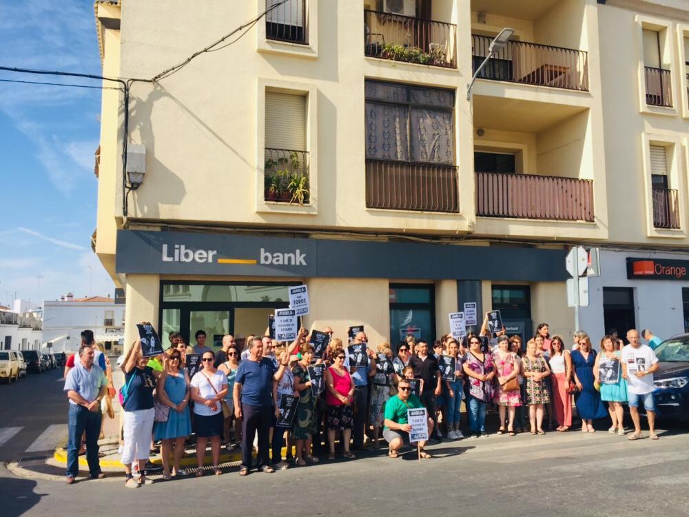 HABLA SIN MIEDO, Olivenza, apoya a un matrimonio vecino por haber sufrido abusos bancarios