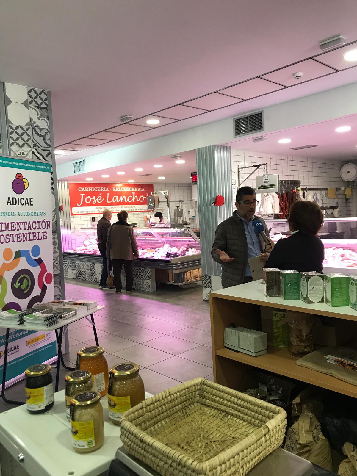 Presentación de materiales de Alimentación sostenible en el Mercado de Abastos en Cáceres