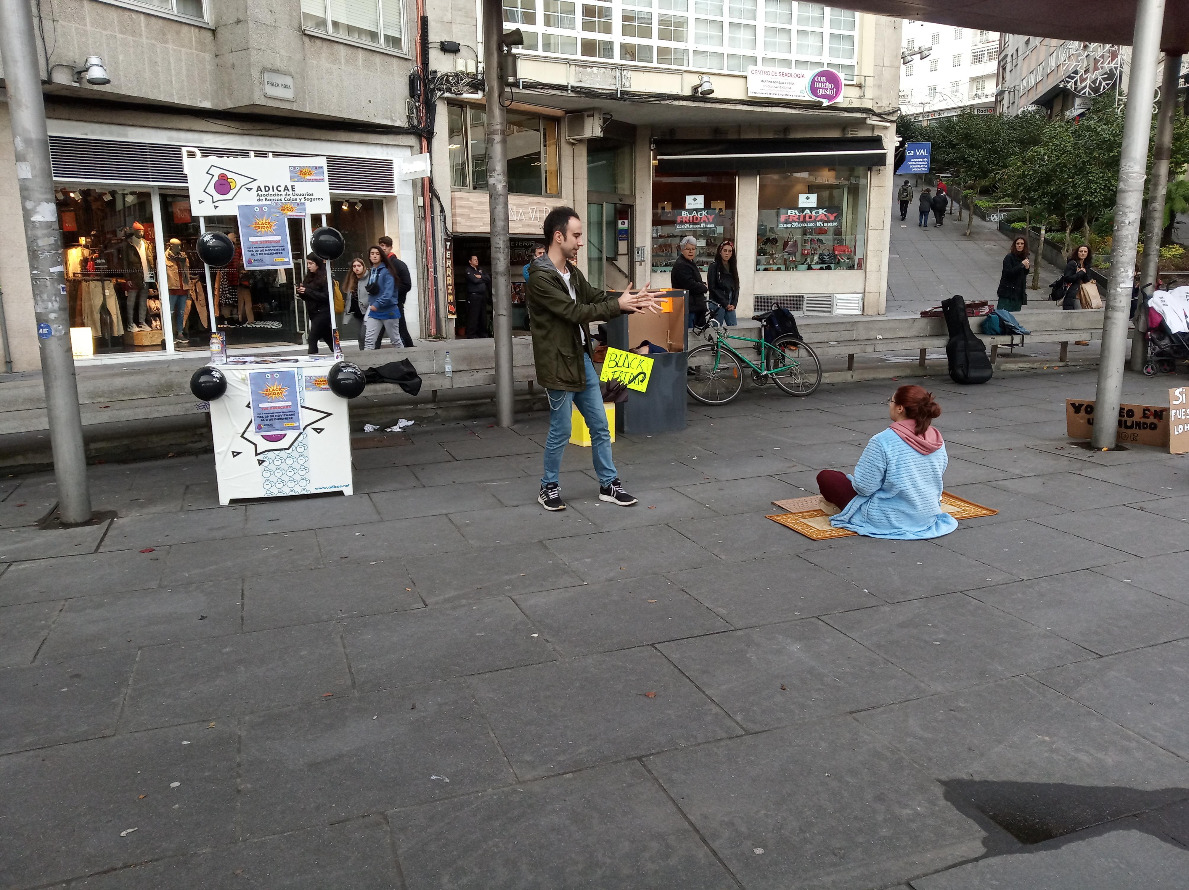 Performance e mesa informativa realizada o 29 de novembro en Santiago de Compostela con motivo do Black Friday, dentro do proxecto