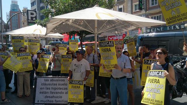 ADICAE ha vuelto a movilizar a los consumidores de toda España este 15 de julio para exigir el fin del gran fraude de la banca en las hipotecas de cuatro millones de familias. La asociación ha impulsado una macrodemanda colectiva contra 101 entidades (15/