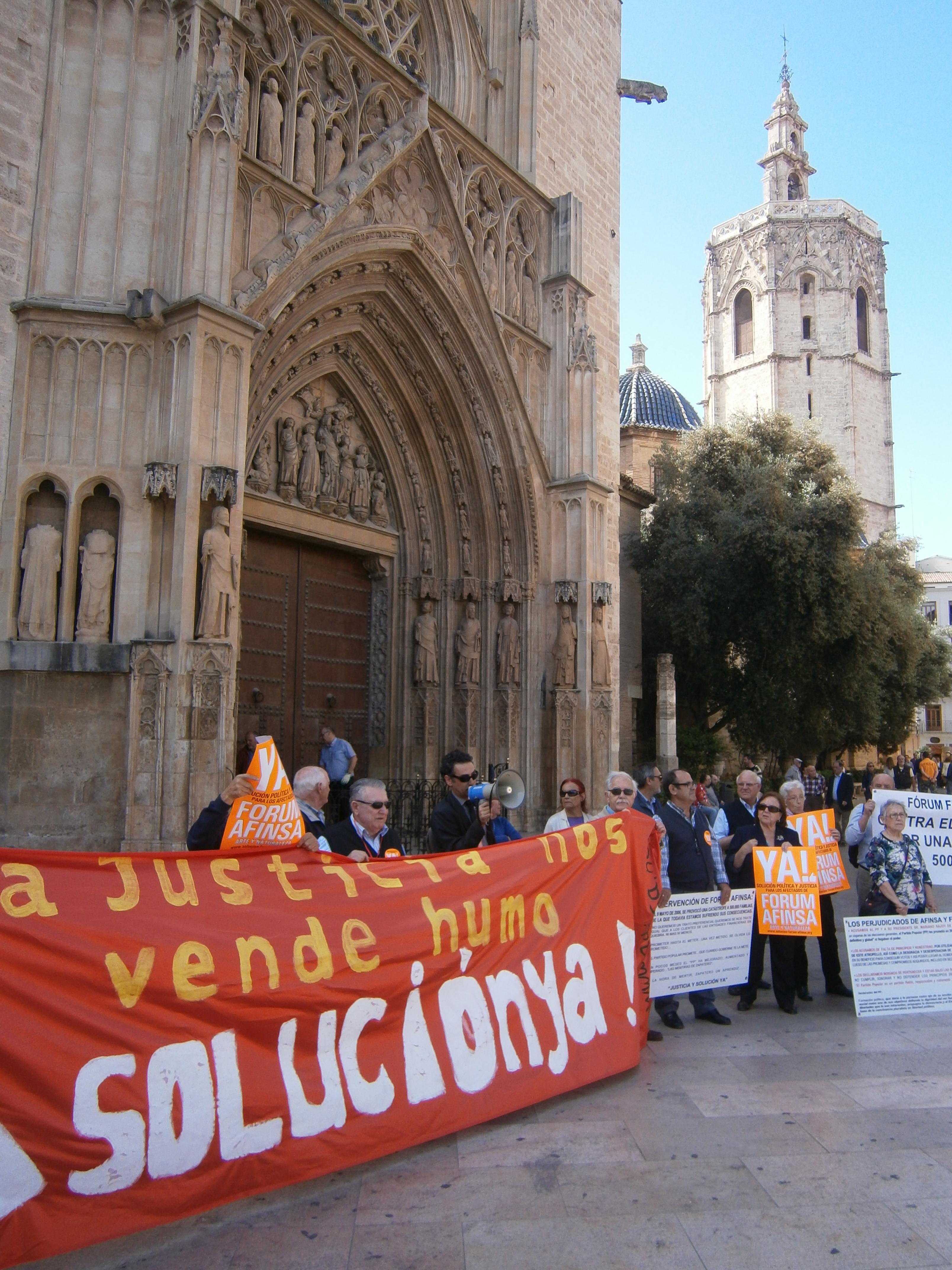 Concentración de protesta Fórum, Afinsa, Arte y Naturaleza. Plaza de la Virgen de Valencia, 24 de abril de 2014