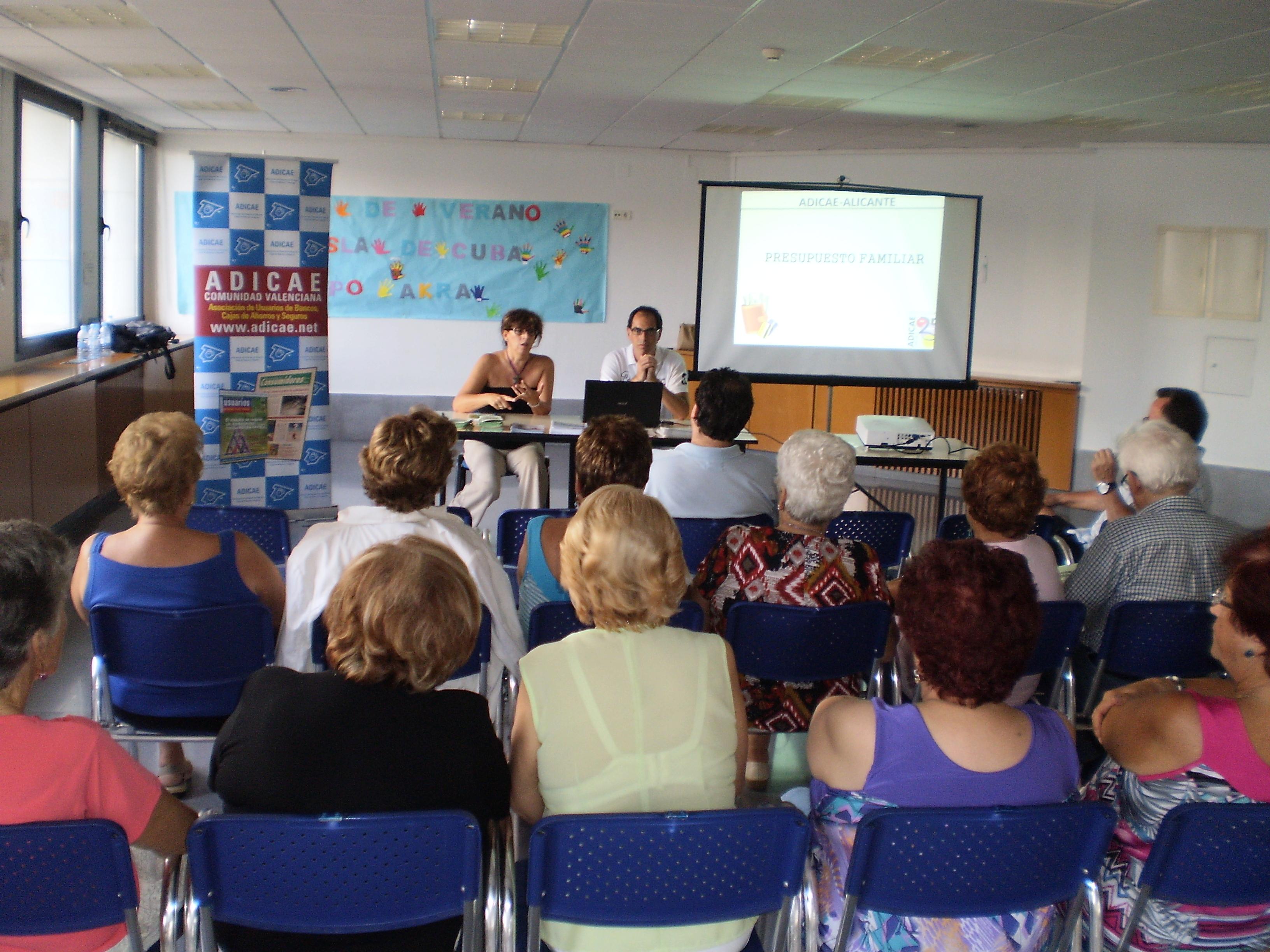 Aula de presupuesto familiar y prevención del sobreendeudamiento, en el Centro Social Isla de Cuba de Alicante.