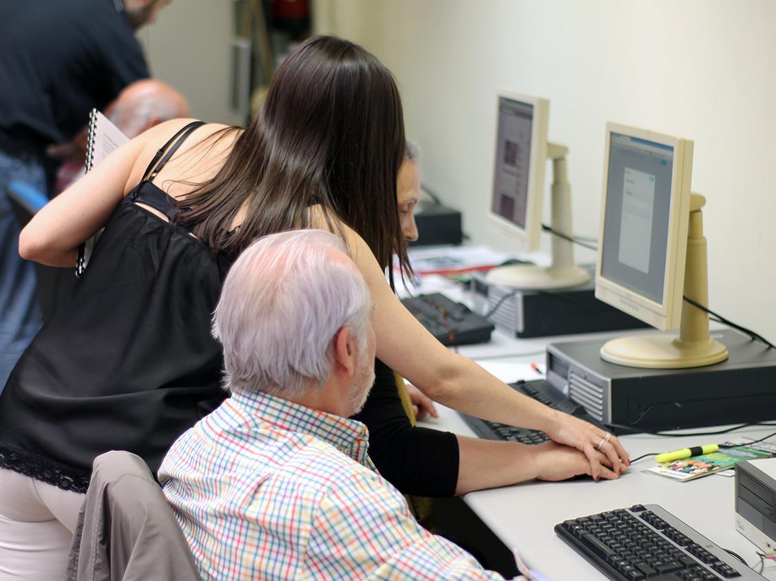 Socios de AICAR ADICAE durante unos de los CURSOS DE INICIACIÓN PRÁCTICA A INTERNET, REDES SOCIALES Y USO AVANZADO DEL MÓVIL que la asociación está realizando.