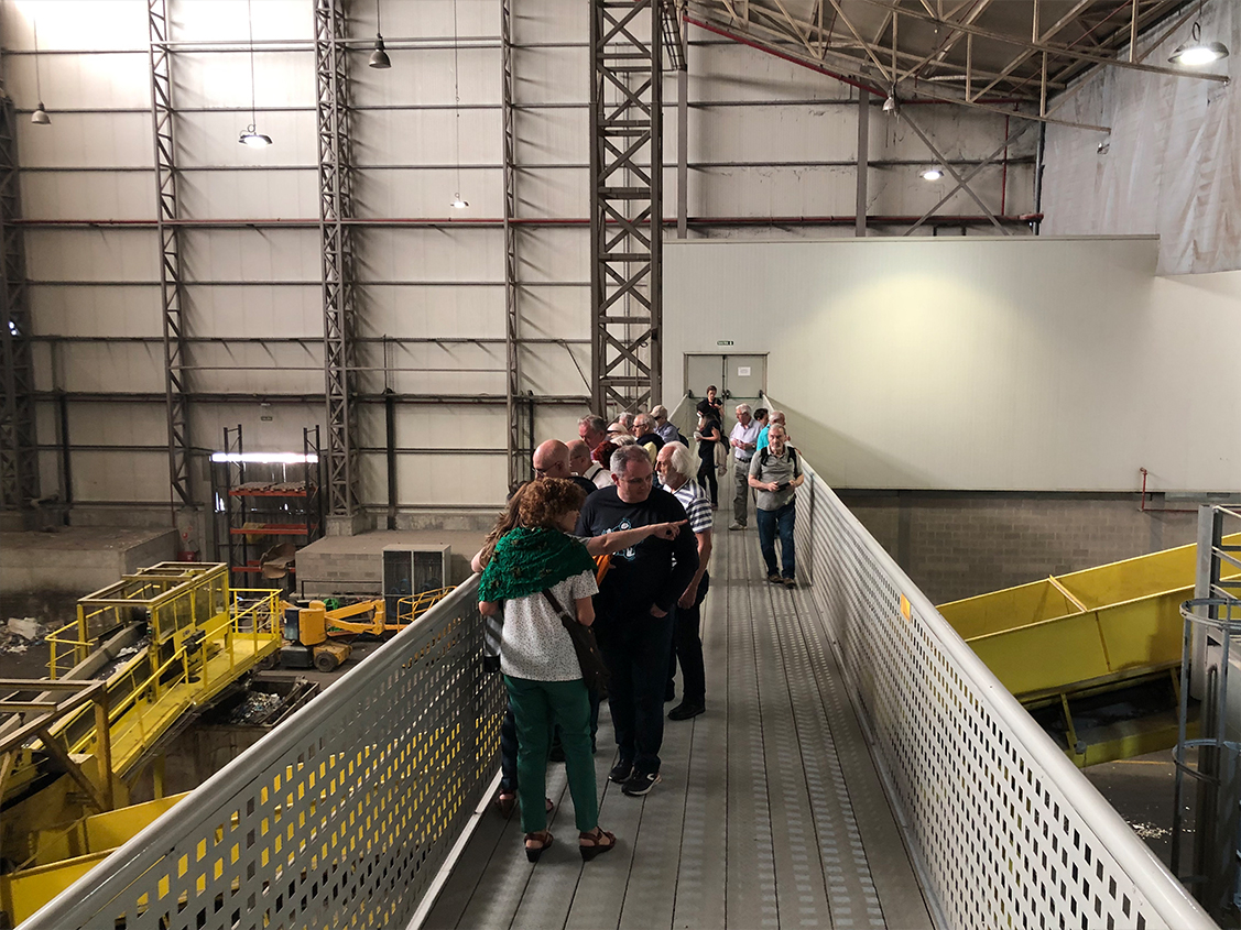 Visita guiada al centro de tratamiento de residuos urbanos de Zaragoza organizado por el grupo socios de participación de grandes temas del consumo.
