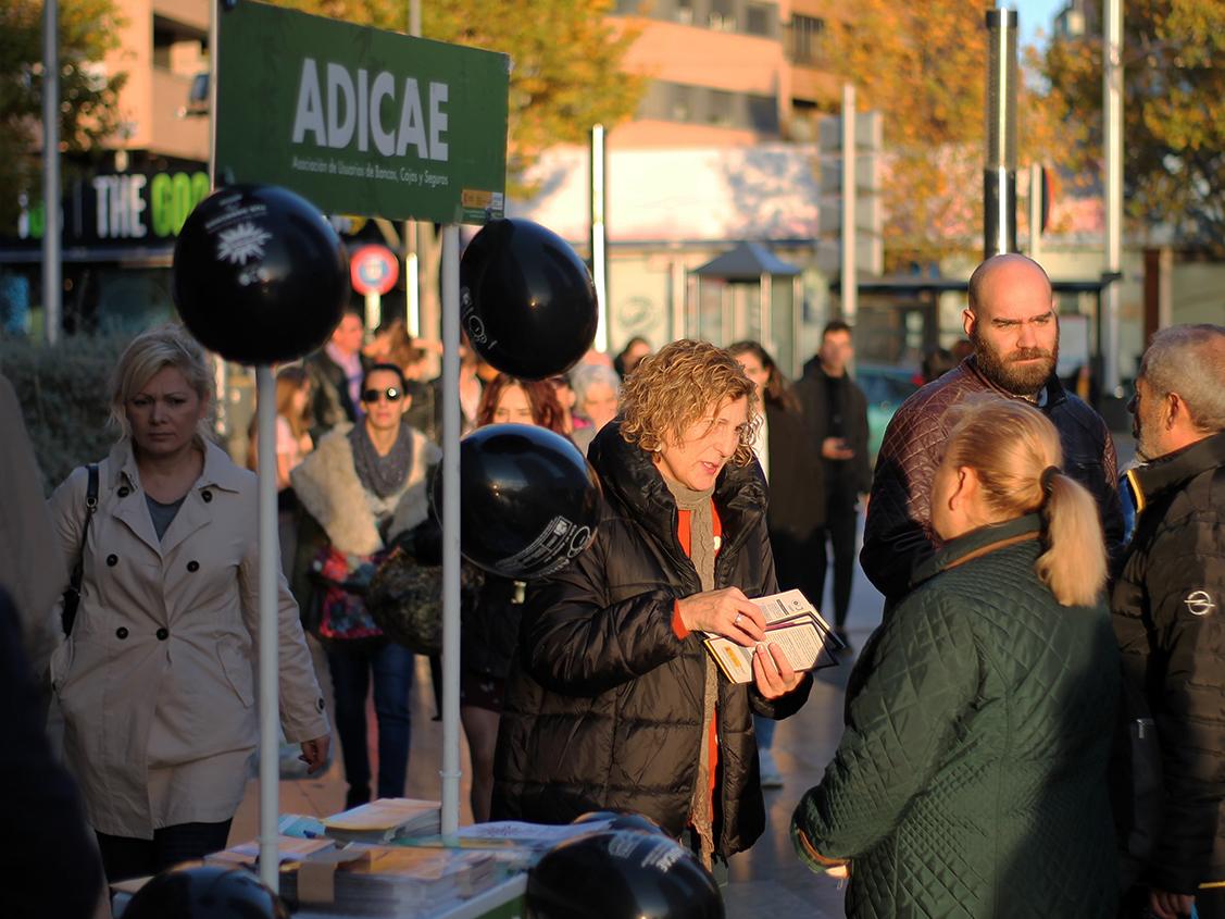 Nuestra asociación salió a la calle desde el 'Black Friday' hasta el 'Ciber Monday' en 24 ciudades de toda España con performance y mesas informativas para concienciar al consumidor ante 'la gran mentira' del consumismo.