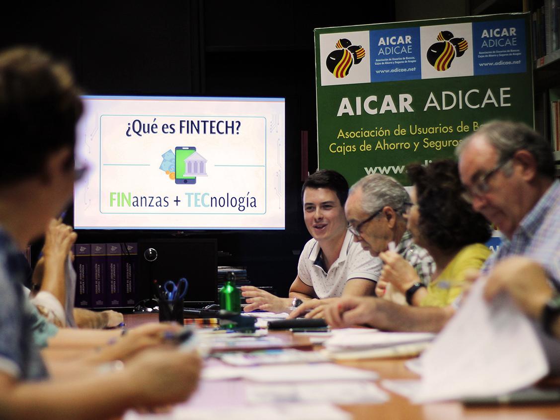 Socios de AICAR ADICAE durante uno de los talleres sobre 'Fintech', que la asociación promueve como herramienta para la defensa de todos en finanzas y nuevas tecnologias.