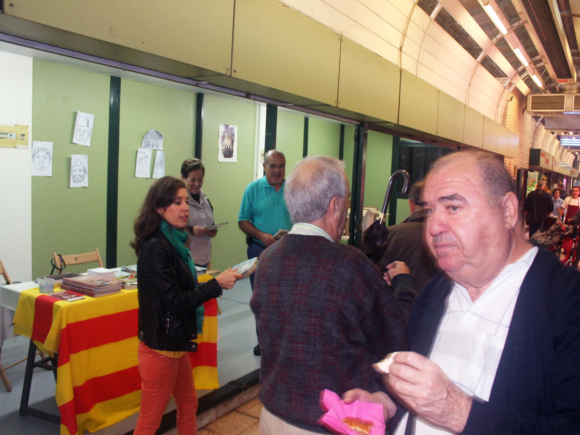 AICAR-ADICAE reivindica los derechos de todos los consumidores en una campaña con motivo de la celebración del Día Mundial de la Alimentación en el Mercado Central de Zaragoza. 'Haz el mundo sostenible: Aliméntate con responsabilidad'.