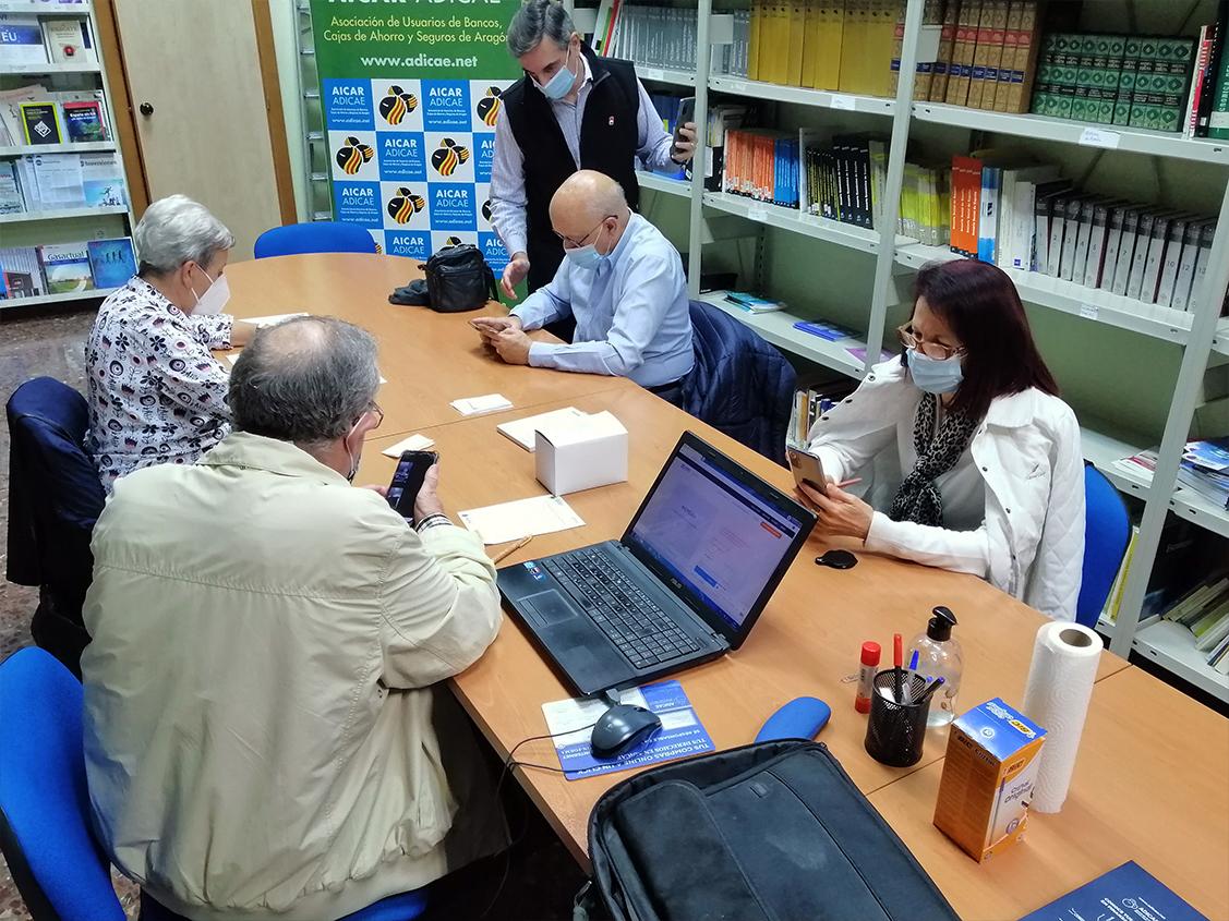 Sesión de digitalización con algunos de nuestros socios interesados en el manejo de 'Zoom' y el sistema de videoconferencias.